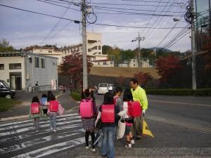 毎朝の交通安全指導。子どもたちの見守りとあいさつ運動も兼ねています。