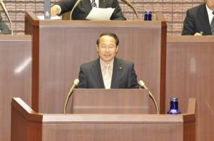 決算特別委員会の審査状況を本会議で報告する若林新三委員長