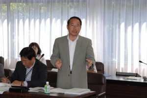 経済環境常任委員会で発言する若林議員