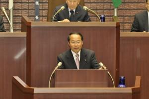 臨時会で10年度決算の認定に反対の討論をする若林新三議員