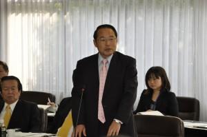 15日の経済環境委員会で発言する若林新三議員