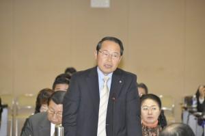 予算特別委員会の文教関係の質疑で、教員の負担軽減のための体制作りや特別支援教育の強化を求めた若林新三議員