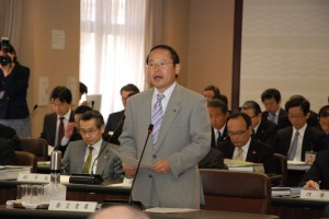 予算特別委員会で修正案を提案する若林新三議員