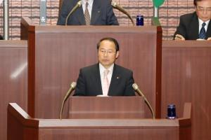 第1回定例会で予算の修正案を提案する若林新三議員