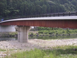 橋桁はあらかじめ錆を発生させて腐食を防ぐ方法がとられています