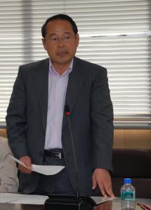 決算特別委員会の経済観光環境関係の質疑で発言する若林新三議員