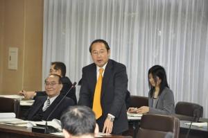 経済観光環境委員会で指定管理者の選定について発言する若林新三議員