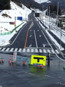 16時からの一般車両の開通にむけて除雪などの準備が進む可部バイパス(2月8日、三入地区)