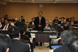 予算特別委員会の総括質疑でアストラムラインについて質問する若林新三議員