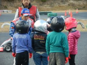 被災した梅林小や可部小の子どもたちを招いて佐藤琢磨さんが復興イベントでカートの乗り方を教えました。