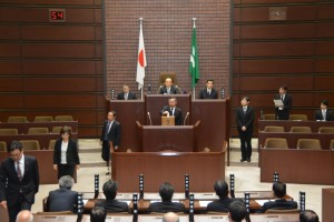 新しい議員54人が議長選挙を行い、永田雅紀議員が30票で議長に選出されました。