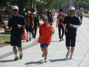 子どもたちは平和の大切さを感じながら23.5㎞を走り継ぎました