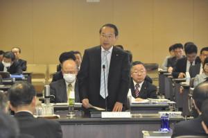 予算特別委員会で広島市の総合戦略などについて発言する若林新三議員