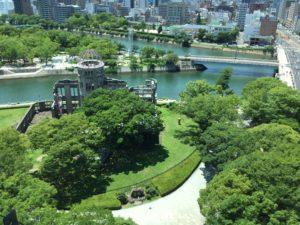 おりづるタワーからは原爆ドームをはじめ、平和公園が一望できます。