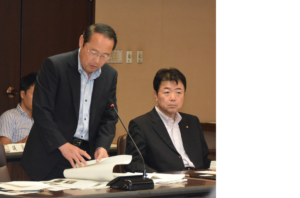 建設委員会で広島駅周辺のペデストリアンデッキ整備などについて発言する若林新三議員