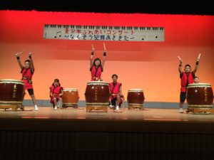 三入和太鼓クラブ「ジュニア」のみなさん。三入小が運動会のため8人で演奏しました。